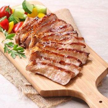 Potongan leher babi rebus dalam alat penanak nasi