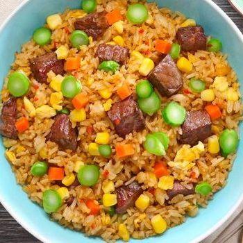 Nasi Goreng dengan Tumis Sapi Tenderloin potong dadu dalam Saus Manis dan Pedas.