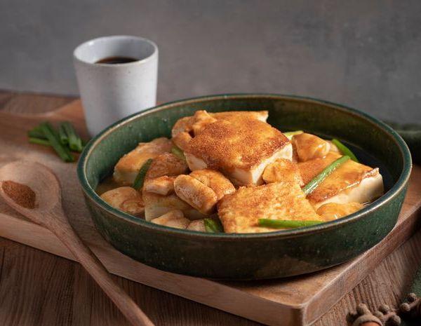 Tahu goreng rebus dengan telur ayam dan udang