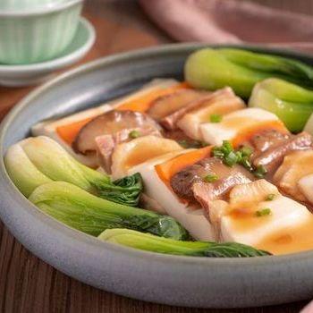 Yunnan ham rebus ayam dengan jamur dan tahu