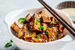 蠔油悶煮的豆腐鹹香下飯,烹調方式簡單又快速。