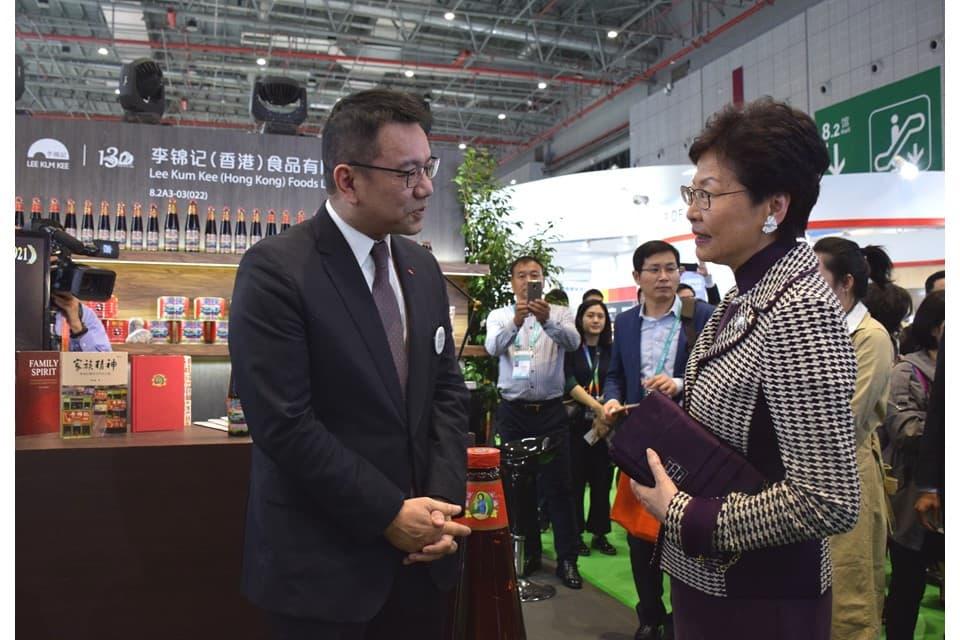 香港特別行政區行政長官林鄭月娥女士蒞臨李錦記展位參觀