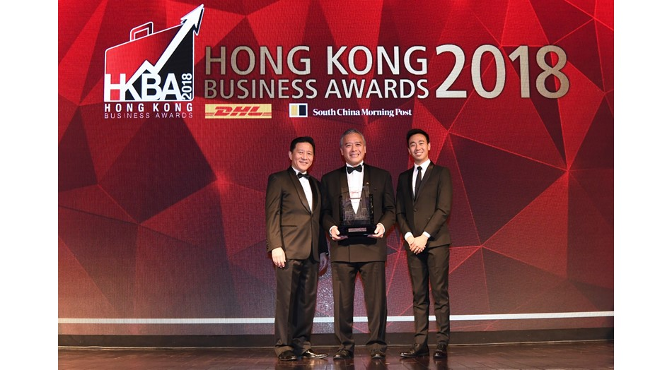 "Lee Kum Kee Sauce Group Chairman Mr. Charlie Lee (centre) receives the ""DHL/SCMP Hong Kong Business Awards 2018—Lifetime Achievement Award"" on behalf of Lee Kum Kee Group Chairman Mr. Lee Man Tat."