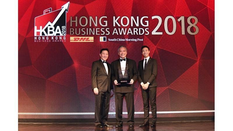 "Lee Kum Kee Sauce Group Chairman Mr. Charlie Lee (centre) receives the ""DHL/SCMP Hong Kong Business Awards 2018—Lifetime Achievement Award"" on behalf of Lee Kum Kee Group Chairman Mr. Lee Man Tat."