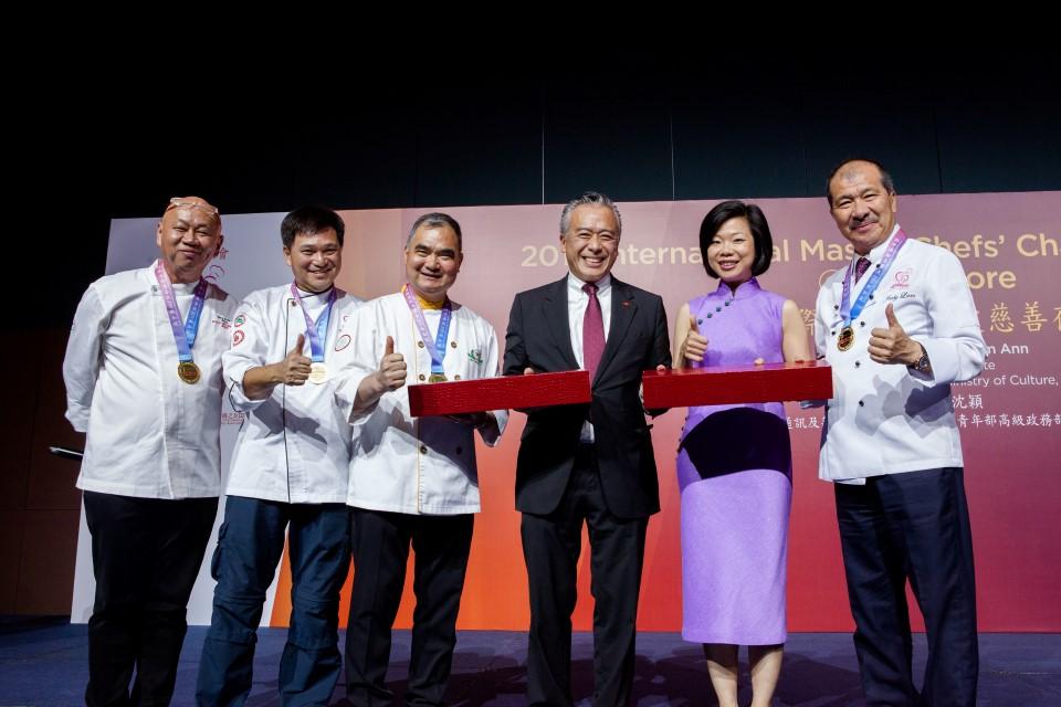 李錦記醬料集團主席李惠中先生(右三)與新加坡通訊及新聞部兼文化、社區及青年部高級政務部長沈穎女士(右二)向國際名廚慈善會及香港群生社慈善基金代表致送紀念品,感謝他們對活動的支持。