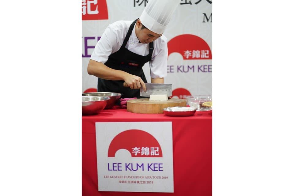 李锦记马来西亚希望厨师於厨艺交流会上展示刀工