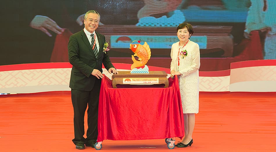 Lee Kum Kee Sauce Group Chairman Charlie Lee presented the President of Fujiwara, Keiko Fujiwara, with a carp-shaped lamp, a distinctive Xinhui souvenir that denotes a plentiful harvest and good fortune.