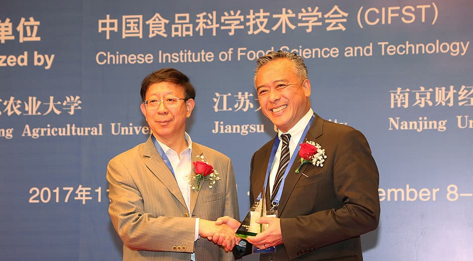 Academician of Chinese Academy of Engineering, Professor BaoGuo Sun, presented the Award to Mr. Charlie Lee, Lee Kum Kee Sauce Group Chairman (right).
