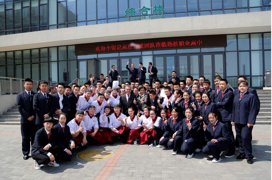 李锦记管理层于北京高中看望希望厨师