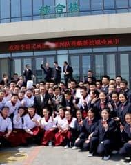 李錦記管理層於北京高中看望希望廚師