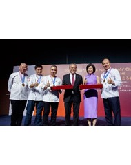 Lee Kum Kee Sauce Group Chairman Mr. Charlie Lee (third right) and Senior Minister of State at the Ministry of Culture, Community and Youth and Ministry of Communications and Information Ms. Sim Ann (second right) present souvenirs to representatives of the International Master Chef Charity Association and Kwan Sang Charity Foundation Limited in gratitude of their support towards the event.