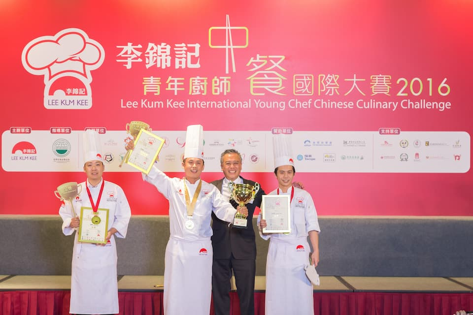 "Charlie Lee, Lee Kum Kee Sauce Group Chairman presents the prizes to Tan Kean-loon (Singapore), champion and winner of the ""Gold and Distinction Awards"" (second from left), and the two Gold Award winners."