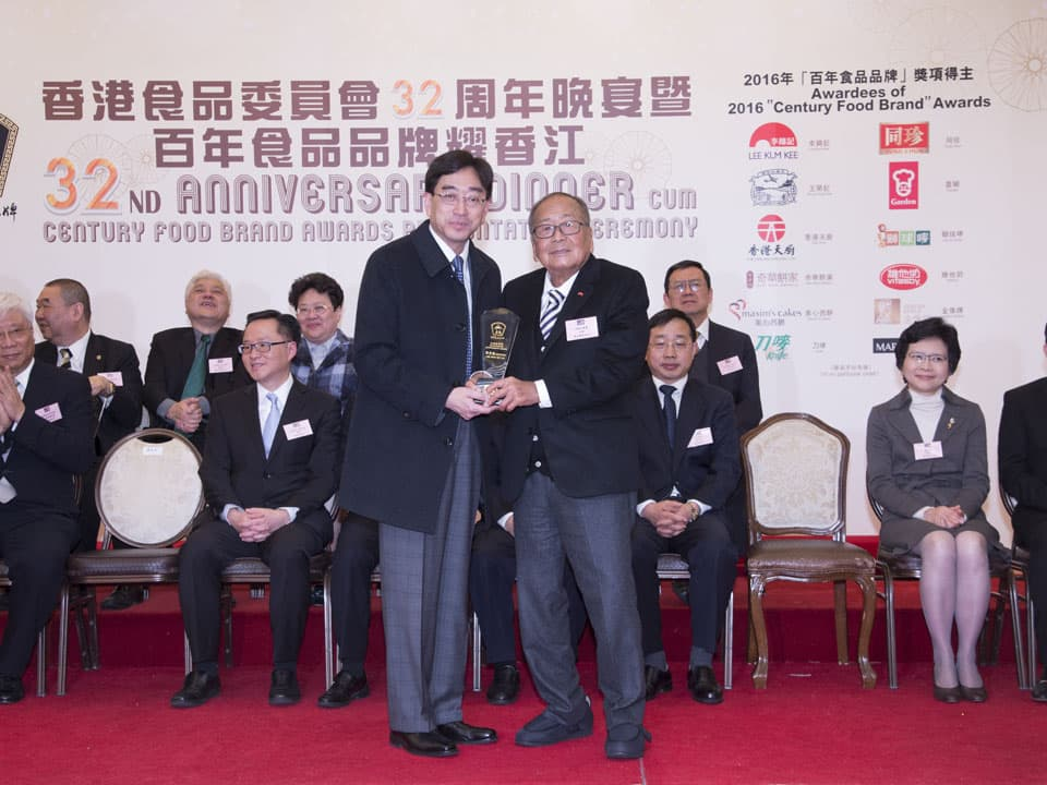 "Dr. Ko Wing Man, BBS, JP, Secretary for Food and Health, presented the ""Outstanding Achievement Award"" to Lee Kum Kee Group Chairman Mr. Lee Man Tat."