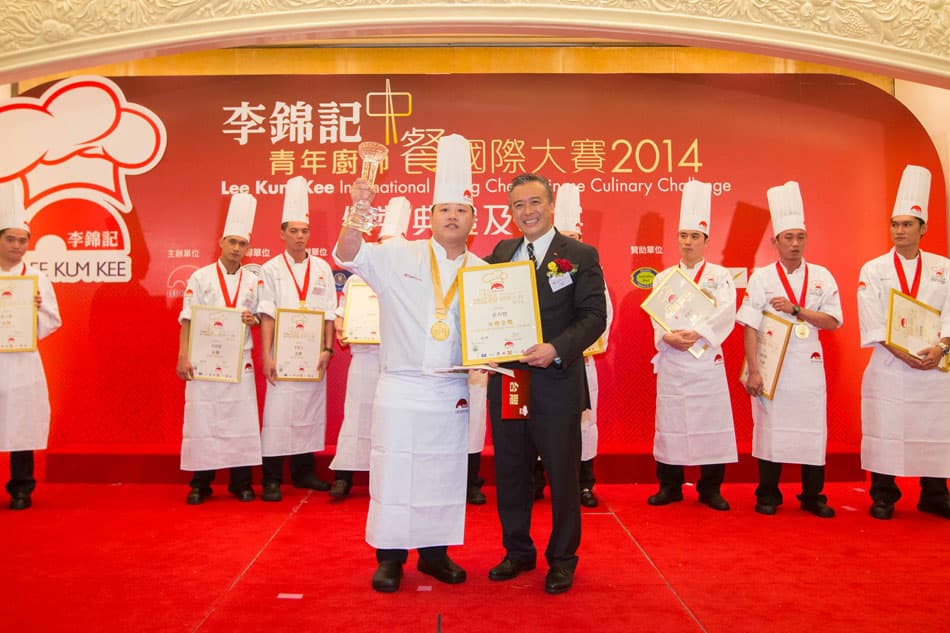 Mr. Charlie Lee, Chairman and CEO of Lee Kum Kee Sauce Group, presented the Gold with Distinction Award to Chuang Yu-Hsien from Taiwan.
