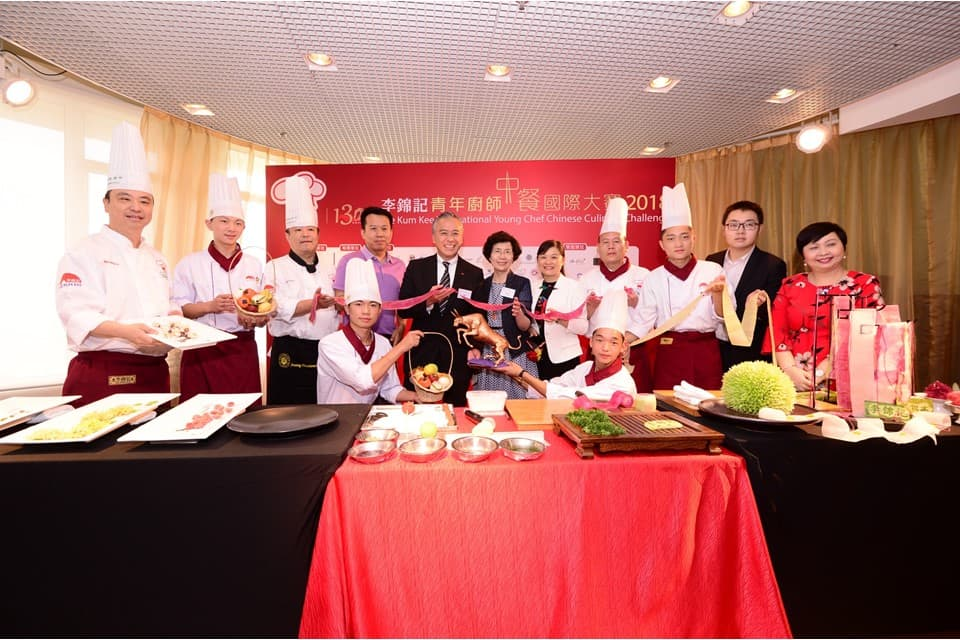 Students of Lee Kum Kee Hope as Chef programme, a major CSR programme of the Group, demonstrated their sophisticated cutting and food-carving skills, and made dough crafts at the Opening Ceremony in honour of Lee Kum Kee's 130th Anniversary