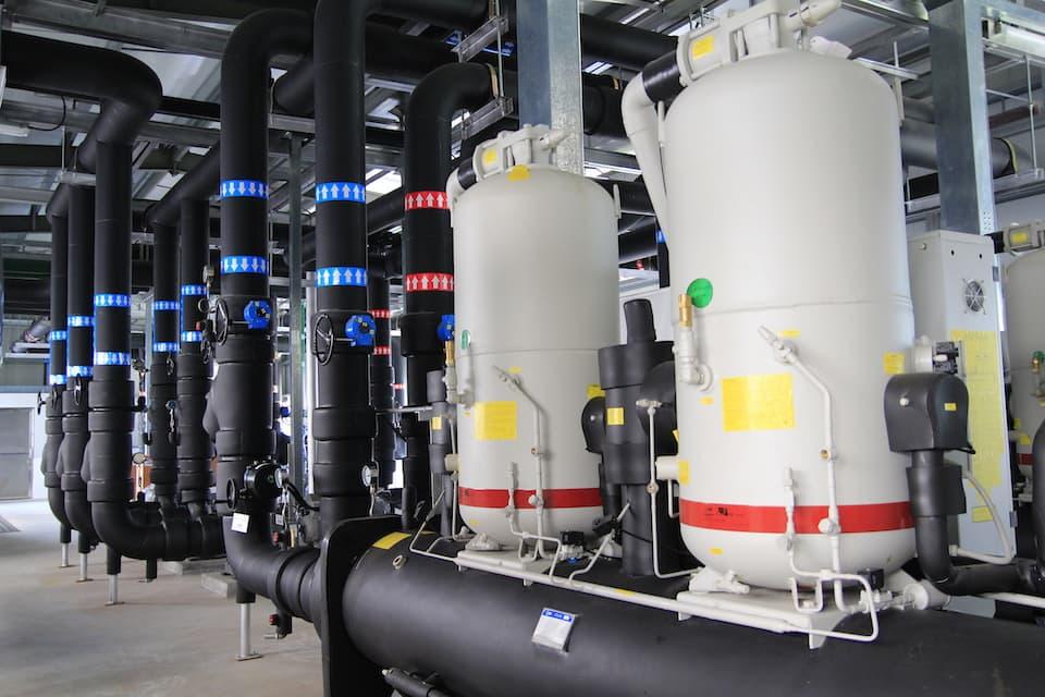 地源热泵采用密封式循环用水管道自动供水到地底吸热或散热,省却暖通空调系统用水。