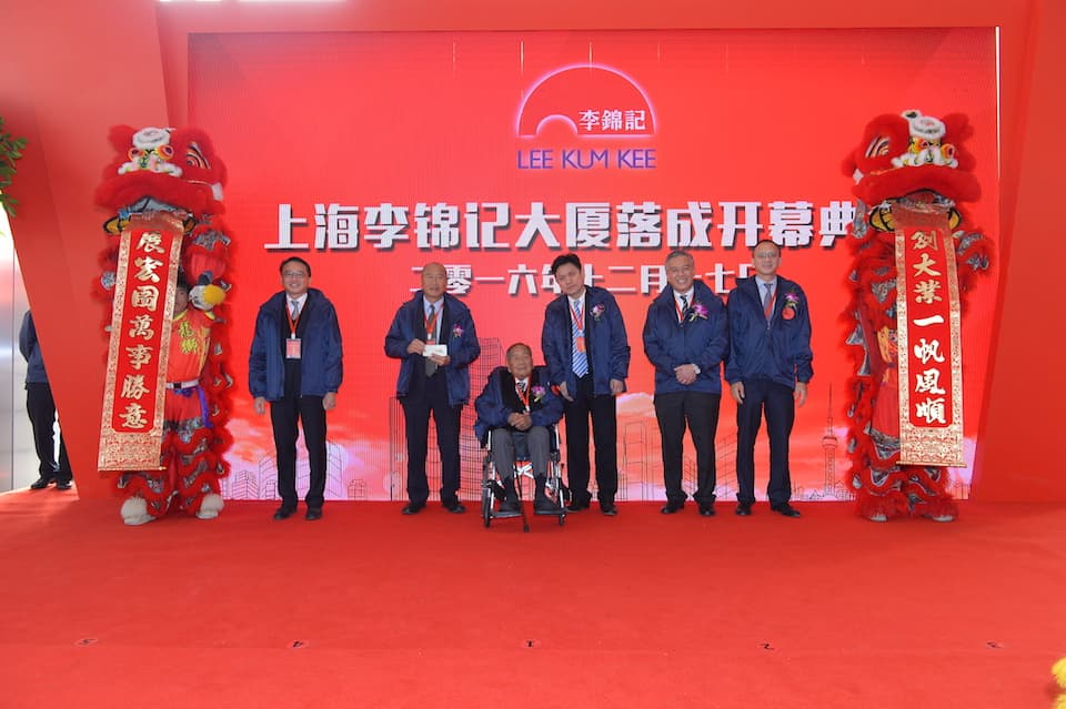 Lee Kum Kee Group Chairman Mr. Lee Man Tat (third from left),Sauce Group Chairman Mr. Charlie Lee (second from right), together with other Board Members and Mr. Hua Xin (third from right), Director of Xuhui District Commercial Committee, attended the Opening Ceremony of Shanghai Lee Kum Kee Building.