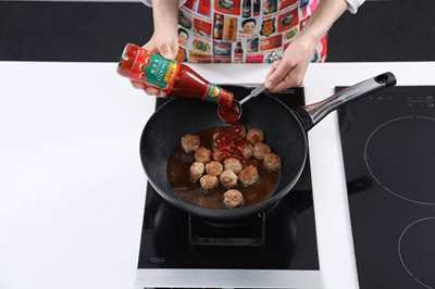 Faire revenir les boulettes de viande dans 2 c. à soupe d'huile jusqu'à ce qu'elles soient dorées. Incorporer le mélange à sauce.