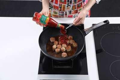 用2汤匙油将肉丸炒香至金黄色,拌入芡汁。