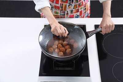Couvrir et faire cuire à feu doux pendant environ 5 minutes jusqu'à ce que les boulettes de viande soient cuites.