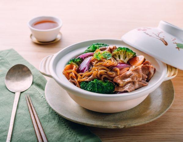 Sate Daging Sapi, Sayuran dan Pot Mie Konjak