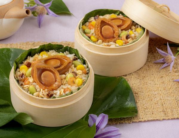 Nasi Goreng Kukus Daun Teratai dengan Abalone