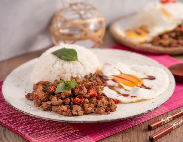 Nasi goreng ala Thailand dengan daging cincang, kemangi dan telur