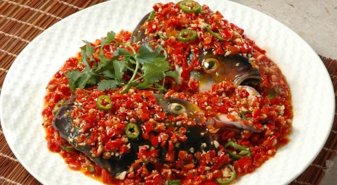 Đầu cá với ớt băm nhỏ